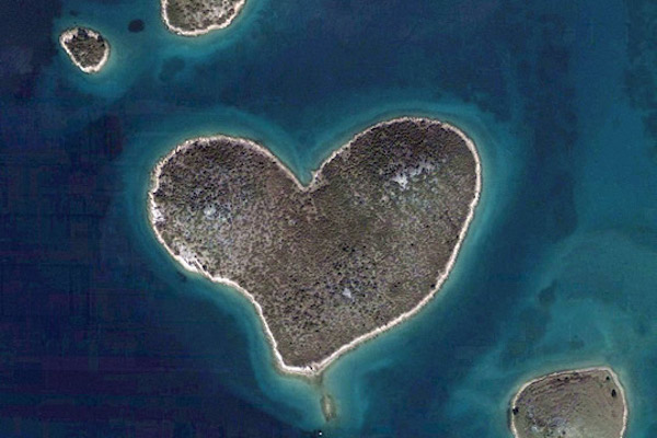 Heart_shaped_galesnjak_island_2